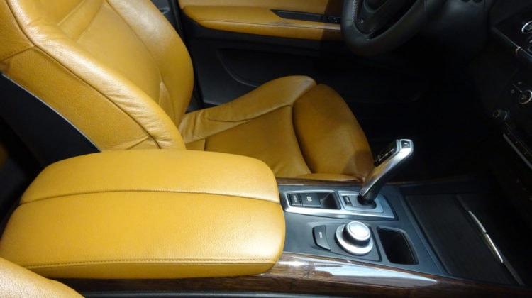 udržovaná kůže v autě